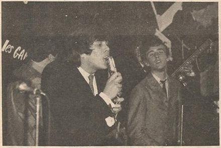 Bruce (Les Sultans) et Gerry Boulet (Les Gants Blancs) partagent la scène de l'Escapade en 1965 (Photos Vedettes, décembre 1965).