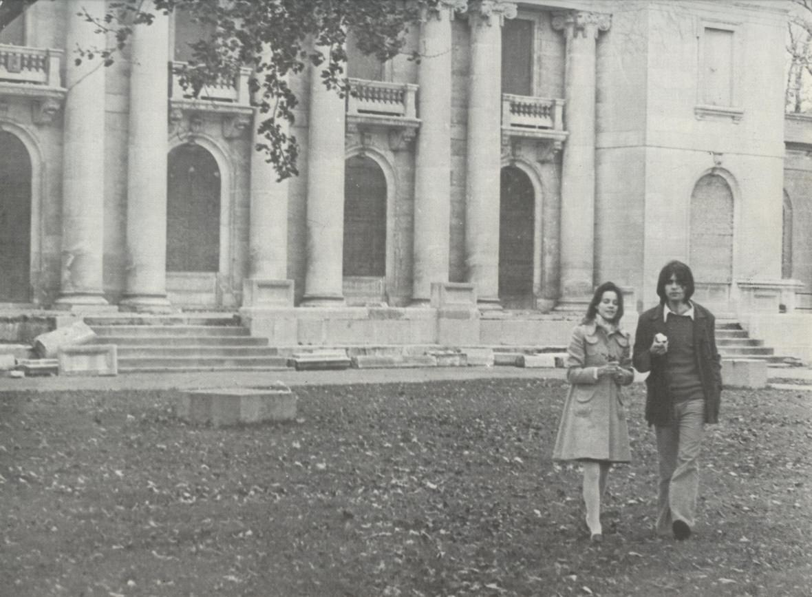 Sylvie Granger & Daniel Lepage du groupe Boule de Son devant le Château Ramsay à Montréal, 1975.
