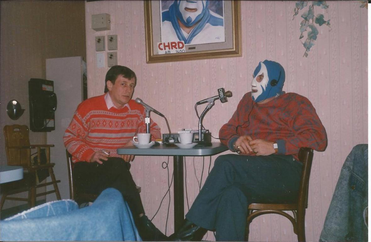 La Merveille Masquée interviewant Jean-Pierre Manseau en 1988. Merci à Serge Paquin pour la photo.